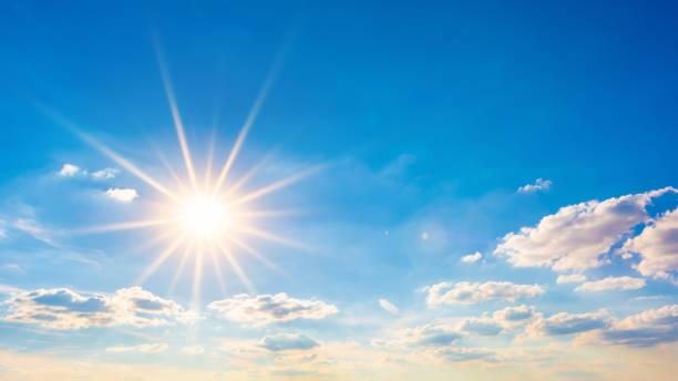 Heiße Sommer oder Hitzewelle Hintergrund, blauer Himmel mit leuchtenden Sonne – Foto