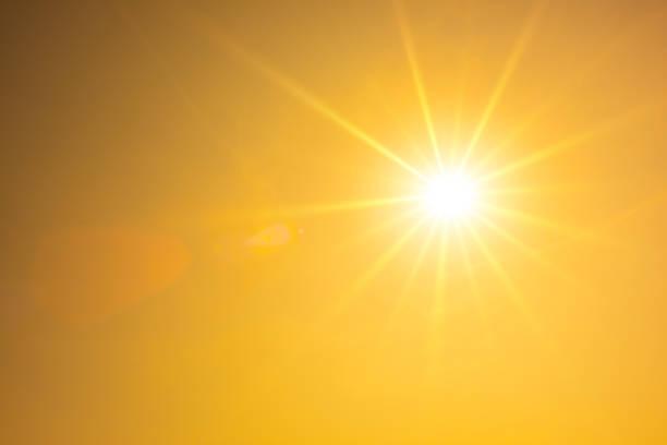 炎熱的夏天或熱浪的背景, 橙色的天空與發光的太陽 - 明亮 個照片及圖片檔