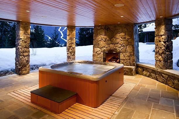 hot tub im haus und heim innen whistler - naturstein terrasse stock-fotos und bilder