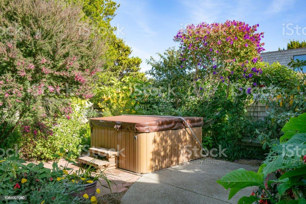 Whirlpool im Garten des Hauses während des Tages ohne Menschen: Abdeckung geschlossen – Foto
