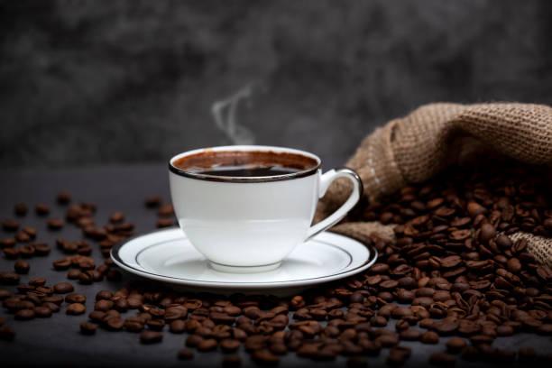 Heißer türkischer Kaffee und geröstete Kaffeebohnen – Foto