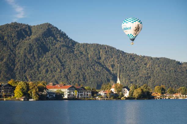 heißluft-ballon-fahrer über rottach-egern dorf am ufer des lake tegernsee in den bayerischen bergen und der morgen sonne, bayern, deutschland - hotel alpenblick stock-fotos und bilder