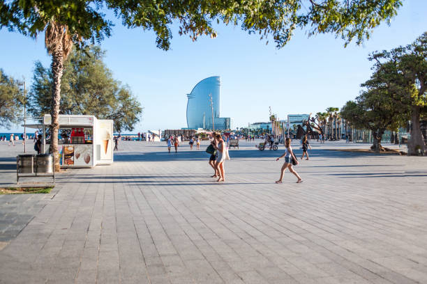 W hotel y paseo a La playa de la Barceloneta en el hermoso día soleado, Barcelona en Cataluña, España - foto de stock