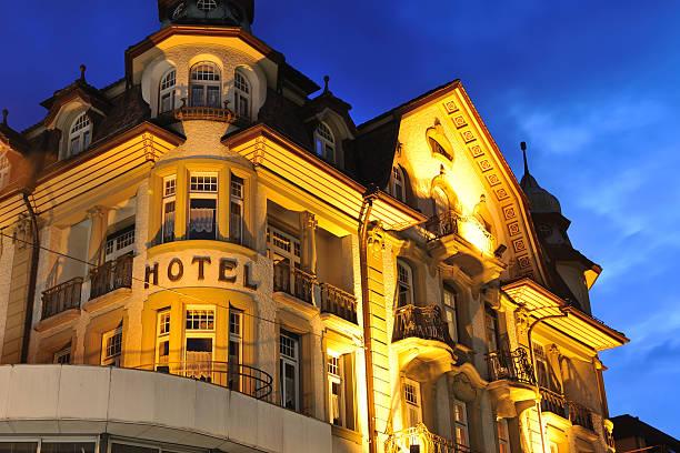 hotel bei nacht - hotel bern stock-fotos und bilder