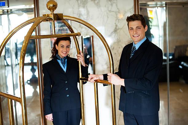Hotel-Mitarbeiter posieren Halte den Einkaufswagen – Foto