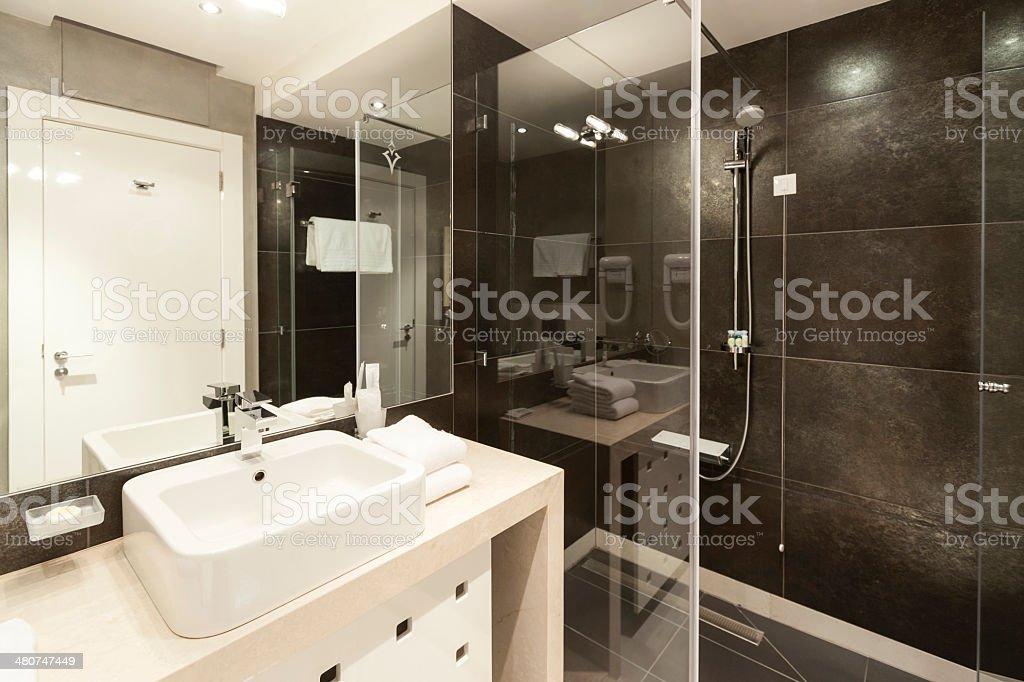 Hotelbadezimmer Mit Waschbecken Und Dusche Stock-Fotografie und mehr ...