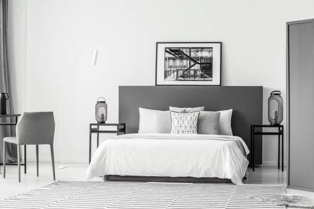 hotel schlafzimmer innenraum mit poster - monitor wandhalterung stock-fotos und bilder