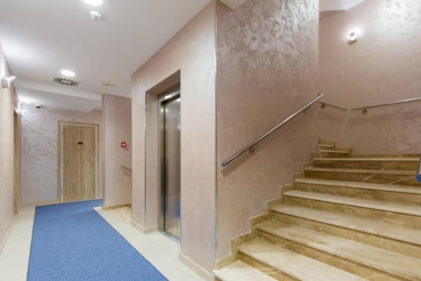 hotel corridor with apartment doors and stairs - hotel reception zdjęcia i obrazy z banku zdjęć