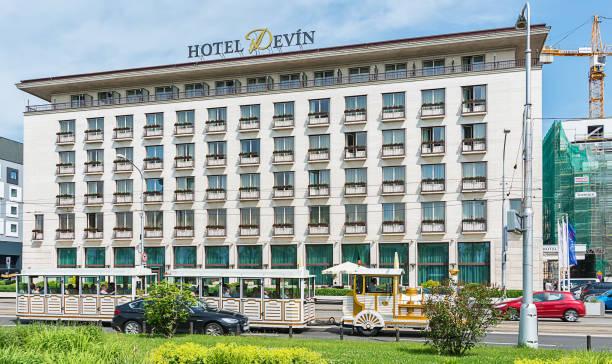 hotel devin und einen touristenzug, bratislava. - bratislava hotel stock-fotos und bilder