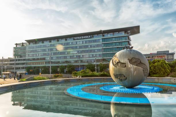hotel bratislava mit der denkmal-worldglobe in bratislava - offizielle residenz des präsidenten. - bratislava hotel stock-fotos und bilder