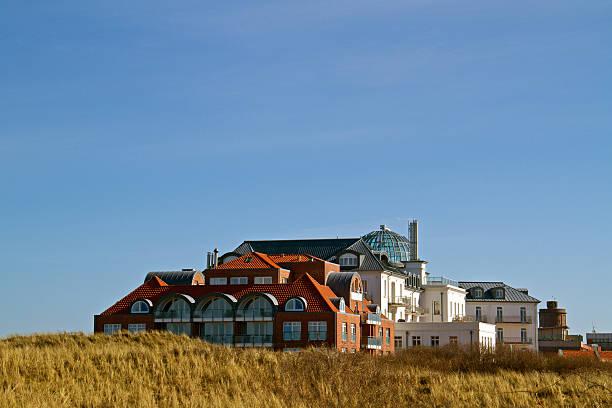 hotel in den dünen - nordsee urlaub hotel stock-fotos und bilder