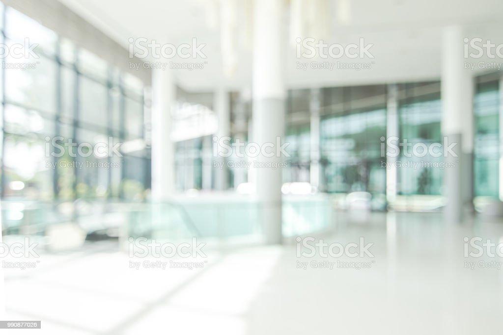 Lobby del Hotel desenfocar fondo banquete hall interior vista de lujoso vestíbulo del atrio vacío espacio y puertas de entrada y muro de vidrio - foto de stock