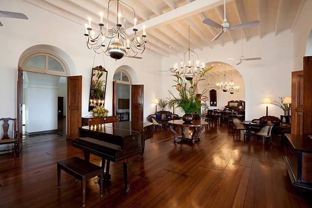 hotel-lobby - alten kronleuchter stock-fotos und bilder