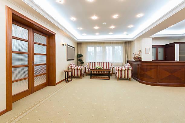 hotel-lobby mit rezeption - eingangsbereich teppich stock-fotos und bilder