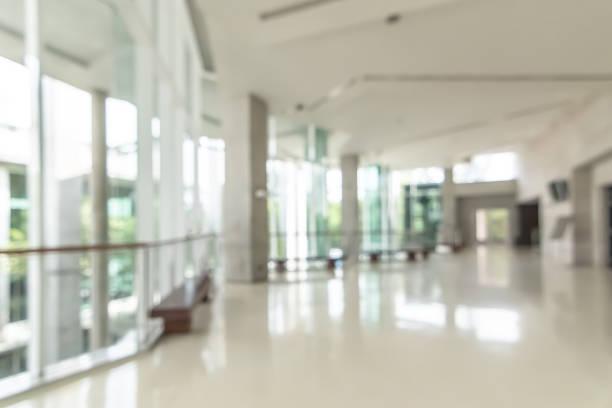 hotel of kantoorgebouw lobby vervagen achtergrond interieur uitzicht op ontvangsthal, moderne luxe witte kamer ruimte met wazige gang en gebouw glazen wandraam - raam bezoek stockfoto's en -beelden