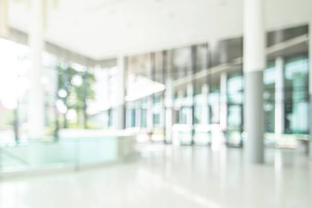 酒店或辦公室大堂模糊背景內部視野朝向接待大廳,現代豪華白色客房空間與模糊的走廊和建築玻璃牆視窗 - 無人 個照片及圖片檔