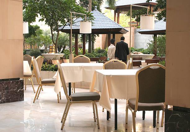hotel café mit garten im freien in den tag - outdoor esszimmer stock-fotos und bilder