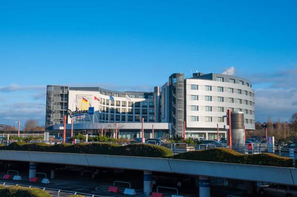 hotel radisson blu hamburg airport - hotel stadt hamburg stock-fotos und bilder