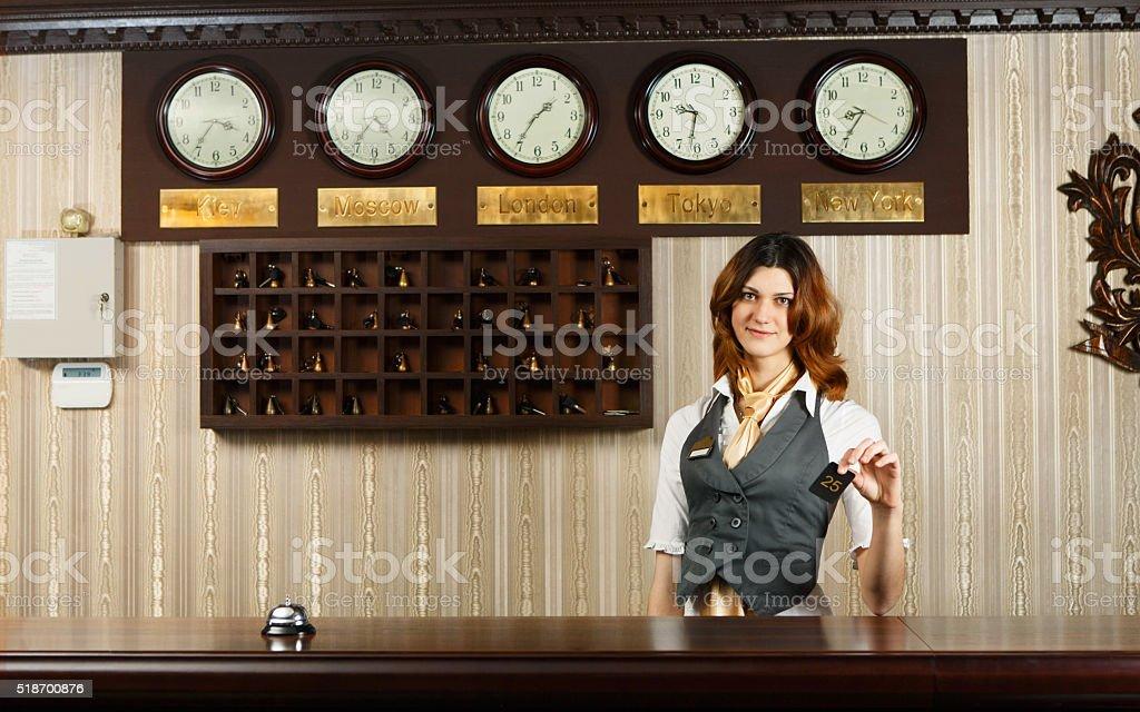 Réceptionniste de lhôtel me au comptoir bureau avec la carte