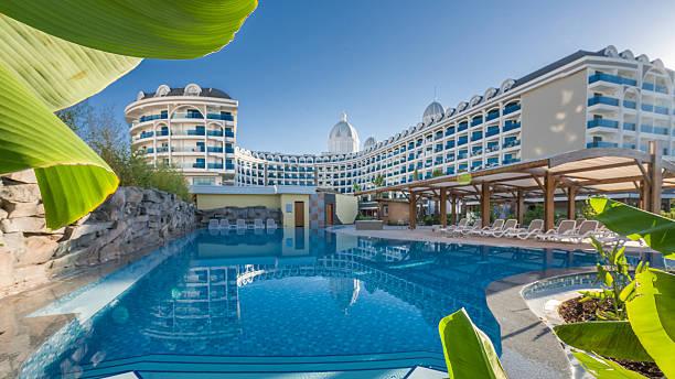 hotel resort swimming pool - 5 sterne hotel türkei stock-fotos und bilder