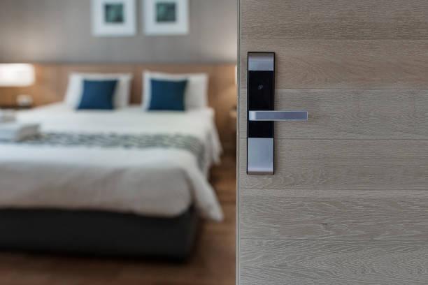 chambre d'hôtel, condominium ou porte d'appartement - hôtel photos et images de collection