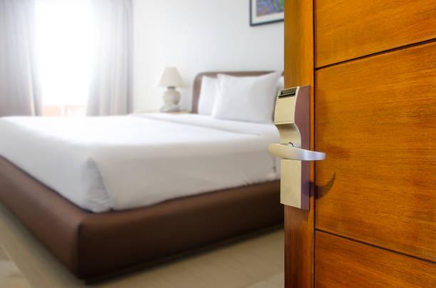 pokój hotelowy, kondominium lub drzwi mieszkania z otwartymi drzwiami przed rozmyciem tła sypialni, kopiowanie obrazu przestrzeni lub tekstu - motel zdjęcia i obrazy z banku zdjęć