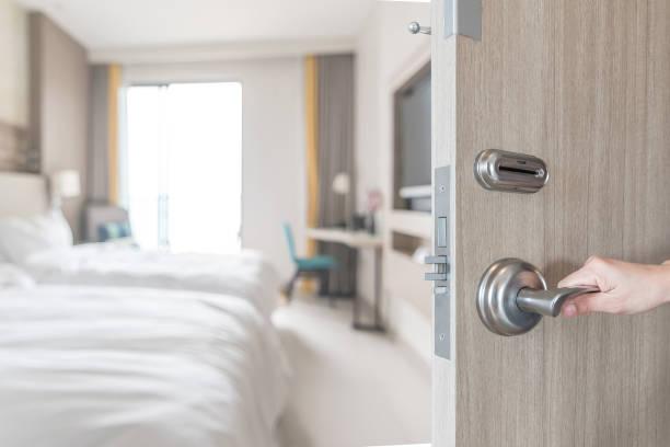 drzwi pokoju hotelowego otwarte odblokować widok wnętrza sypialni gości z rozmycie tła nowoczesne łóżko komfort luksusowe wysokiej jakości przestrzeni życiowej dla podróżnika - motel zdjęcia i obrazy z banku zdjęć