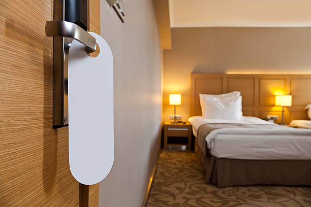 hotel-zimmer - tafel schlafzimmer stock-fotos und bilder
