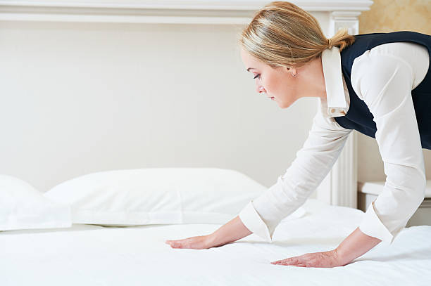 Hotel service. Made making bed in room – Foto