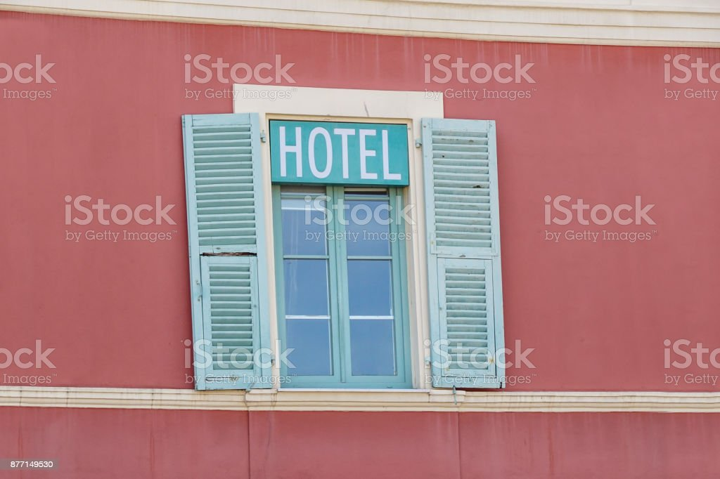 hotel signboard in a building facade with windows - foto stock