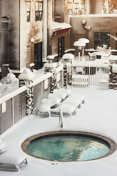 hotel-spa-pool schnee winter storm - whirlpool terrasse stock-fotos und bilder