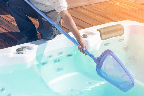 Hotelmitarbeiter reinigen den Pool – Foto