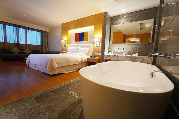 hotel-suite - badewannenkissen stock-fotos und bilder