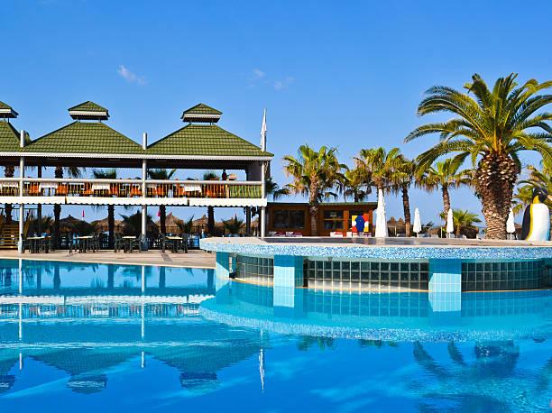hotel-swimmingpool - hochzeitsreise zypern stock-fotos und bilder