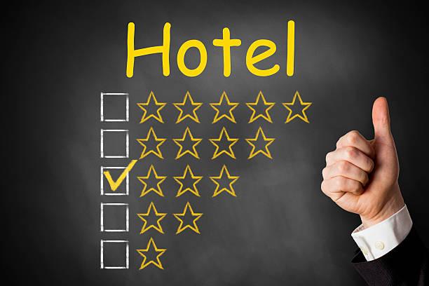 hotel daumen hoch bewertung mit drei sternen - flugticket vergleich stock-fotos und bilder