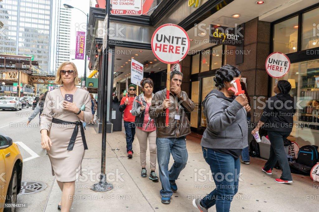 Hotel workers striking downtown Chicago - fotografia de stock