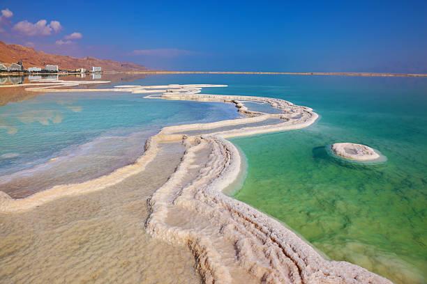 hotele są odzwierciedlone w wodzie - morze martwe zdjęcia i obrazy z banku zdjęć