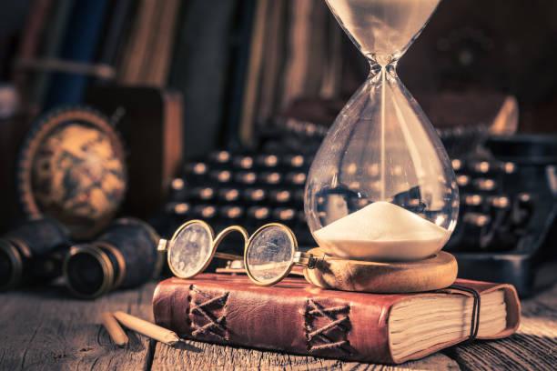 Stundenglas und Tagebuch als Erinnerungen an alte Reisen – Foto