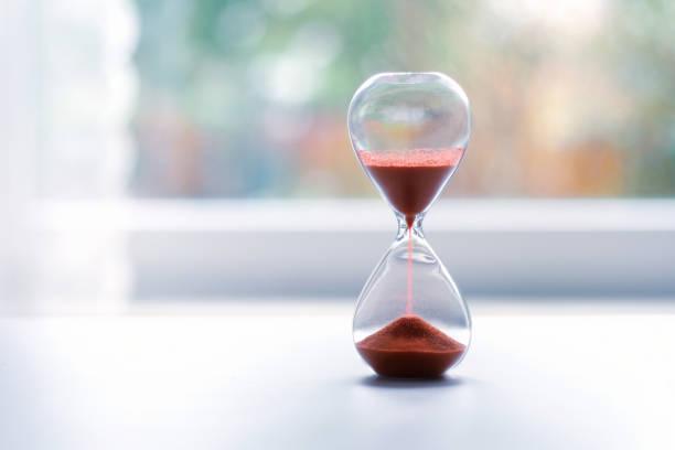 Stundenglas am Fenster – Foto