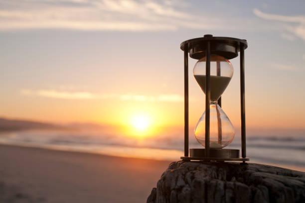 sunsrise에서 beaxh에 모래 시계 - 시간 뉴스 사진 이미지