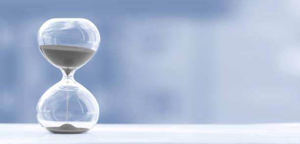 timglas på en suddig trendig blå bakgrund, tid och glas - dag bildbanksfoton och bilder