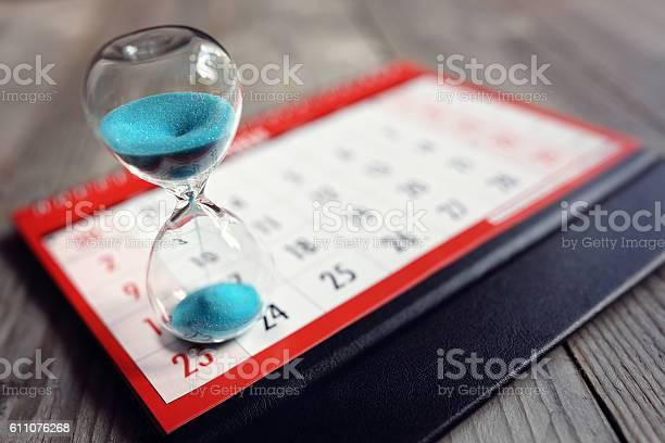 Hourglass on calendar picture id611076268?b=1&k=6&m=611076268&s=612x612&h=dm 7q3vcvguejecqqyjo4gr8obhgque1quodwrwzd3e=