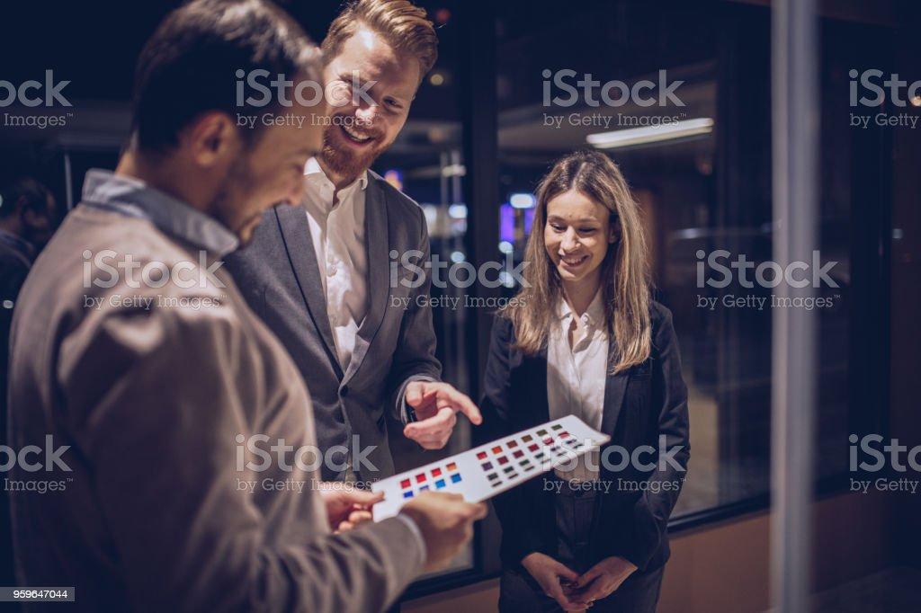 Ducha tipo Housband y esposa en la tienda - Foto de stock de Actividad comercial libre de derechos