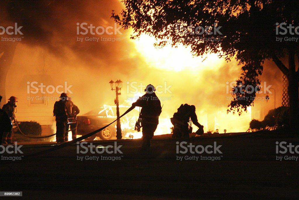 Carro e casa de incêndio - foto de acervo