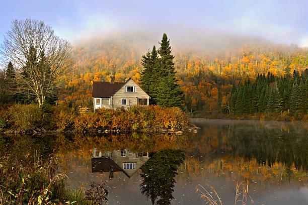 outono serenidade - isolated house, exterior imagens e fotografias de stock