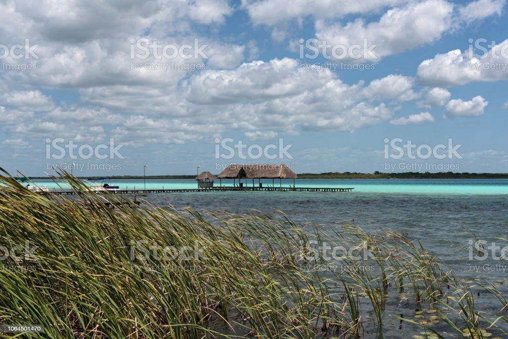 casa y muelle en la orilla de la laguna de bacalar, quintana roo, México - foto de stock