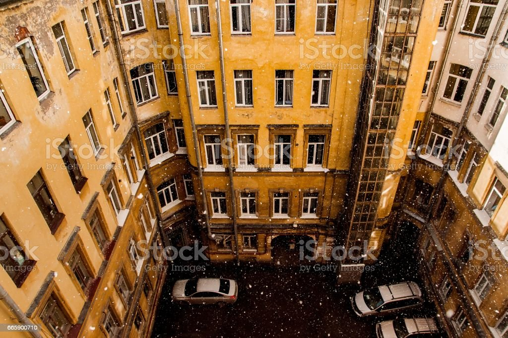 house and well yard in the centre of St. Petersburg foto stock royalty-free
