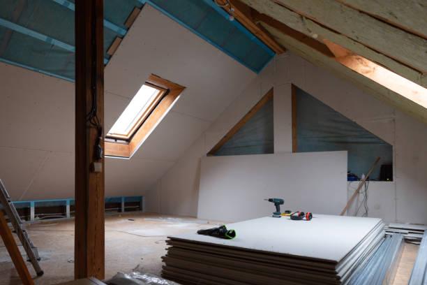 hus vinden isolering och renovering. gips konstruktion - husutbyggnad bildbanksfoton och bilder