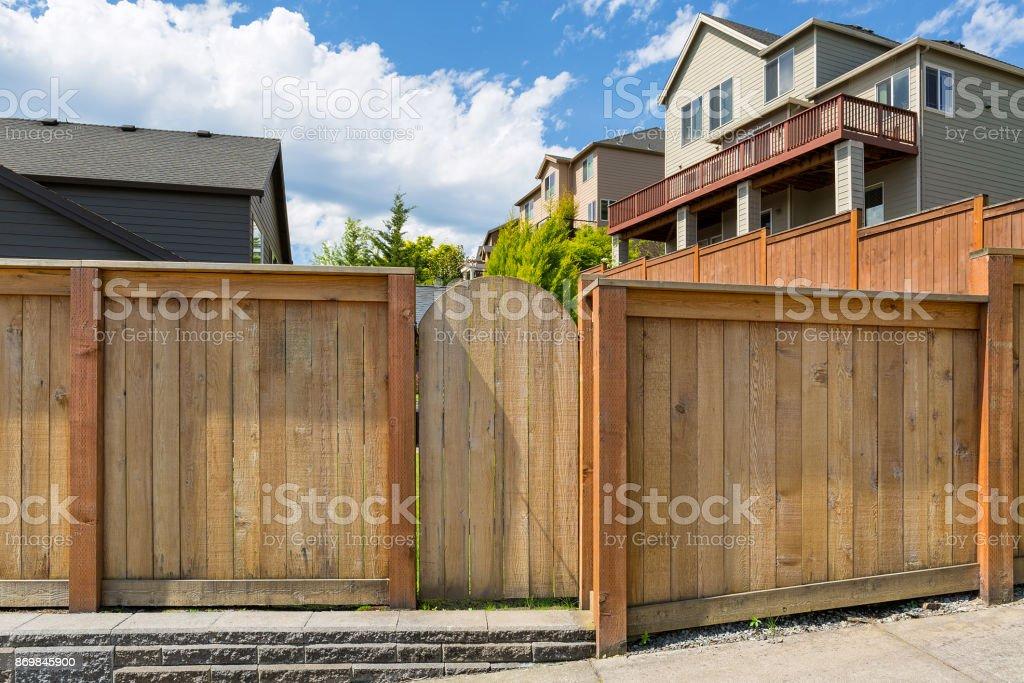 Photo libre de droit de Maison Jardin Nouvelle Cloture En Bois Porte De  Jardin Porte Dans Le Quartier Résidentiel De Banlieue banque d\'images et  plus ...