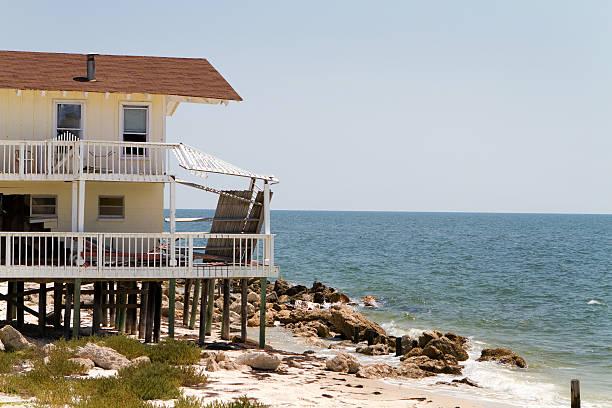 dom beach erozji - erodowany zdjęcia i obrazy z banku zdjęć